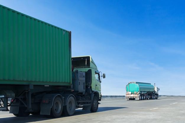 Camión de gas o aceite en carretera, contenedor de carretera, logística industrial, transporte de tierra.