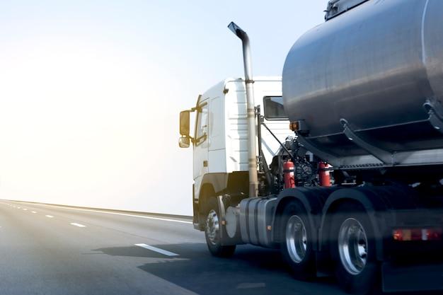 Camión de gas o aceite en carretera.