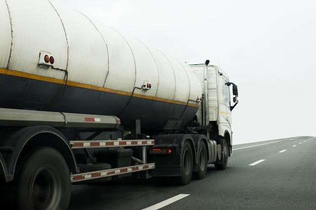 Camión de gas o aceite en el transporte por carretera, concepto de transporte.