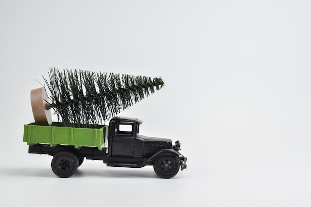 El camión lleva el árbol. juguetes.