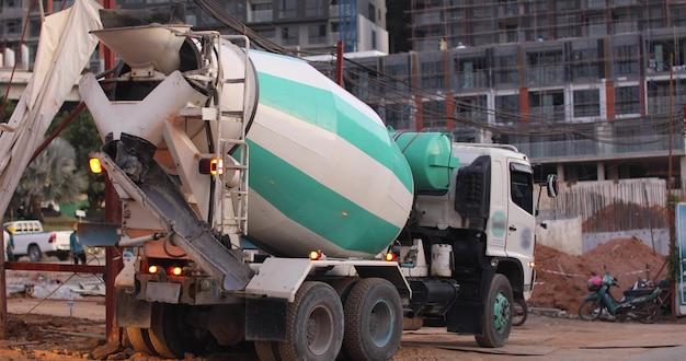 Camión mezclador de concreto en obra de construcción