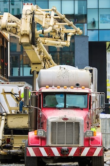 Camión mezclador de construcción rojo en boston