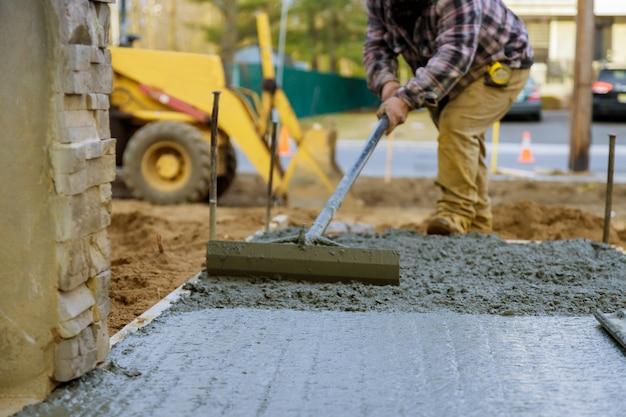 Camión mezclador vertiendo cemento concreto para acera de construcción