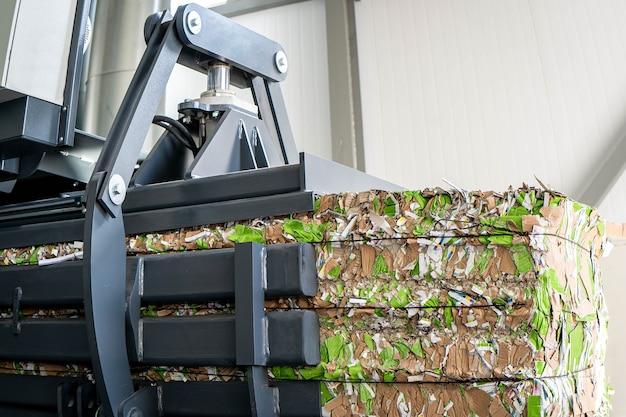 Camión de reciclaje de papel y carretilla elevadora cargando papeles viejos reutilización