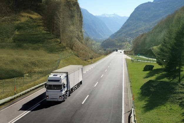 Camión de transporte en la carretera