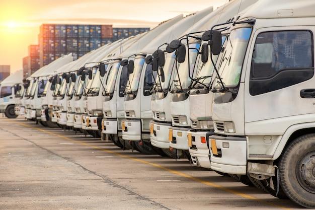 Camiones en depósito de contenedores esperando caja contenedor de carga