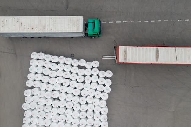 Camiones esperando para cargar en la vista superior de la fábrica