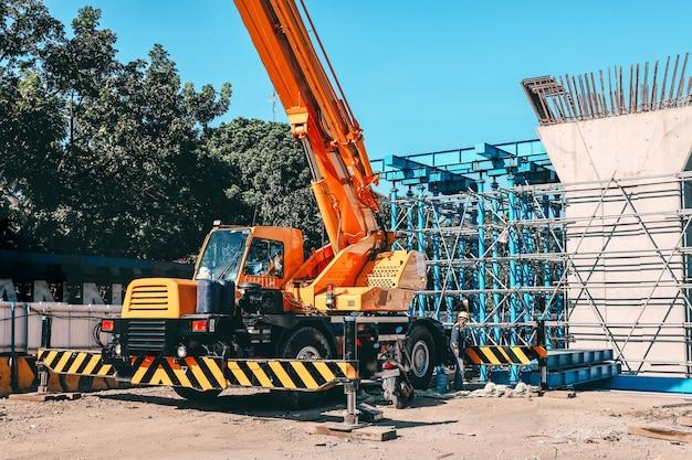 Camiones grúa en mega sitio de construcción