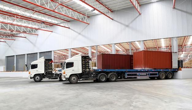 Camiones en el muelle de carga almacén de la industria de envío