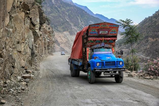 Camiones paquistaníes elaboradamente decorados en punjab, provincia de pakistán