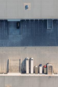 Camiones con remolques esperan la carga de la mercancía para su transporte en el almacén de carga aeria ...