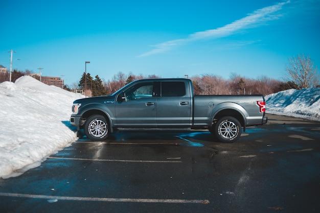 Camioneta camioneta azul de la tripulación en carretera durante el día