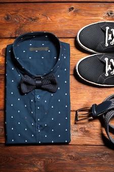 Camisa azul con pajarita y zapatillas con cinturón