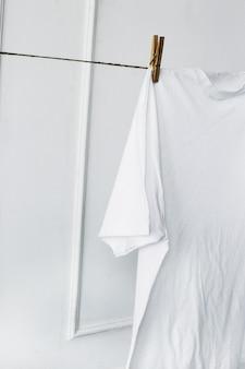 Camisa blanca colgada de la pared