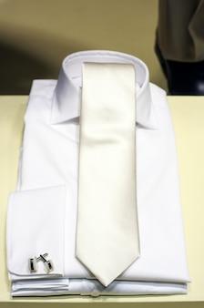 Camisa blanca y corbata.