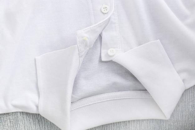 Camisa blanca sobre la mesa