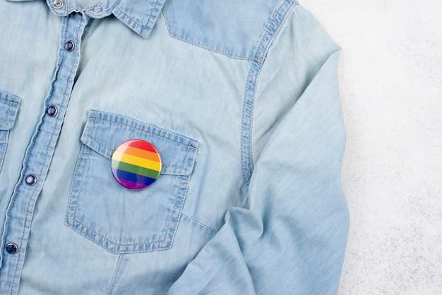 Camisa con insignia del corazón