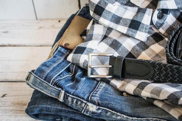 Camisa, jeans y cinturón.