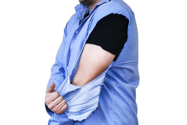 Camisa rasgada. hombre con ropa vieja que necesita reparación y costura. sin manga. aislado sobre fondo blanco.