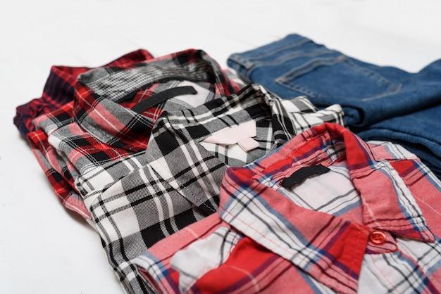 Camisas a cuadros y jeans azules