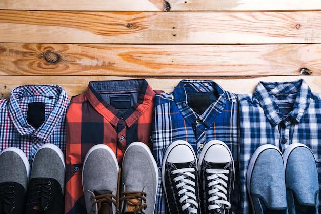 Camisas a cuadros en plan con madera.
