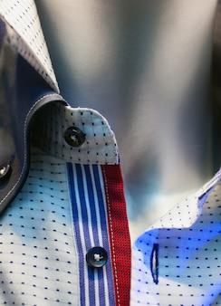 Camisas masculinas expuestas en la tienda de ropa.