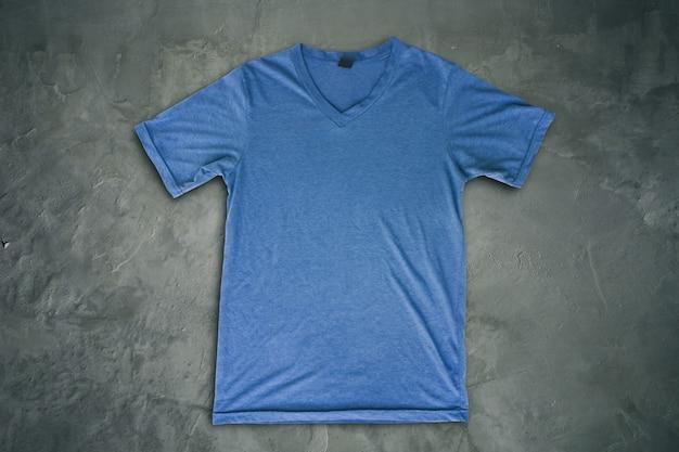 Camiseta azul en blanco en grunge