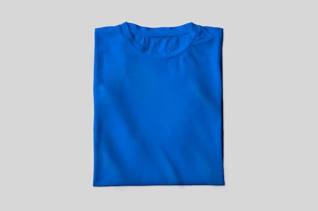 Camiseta azul doblada
