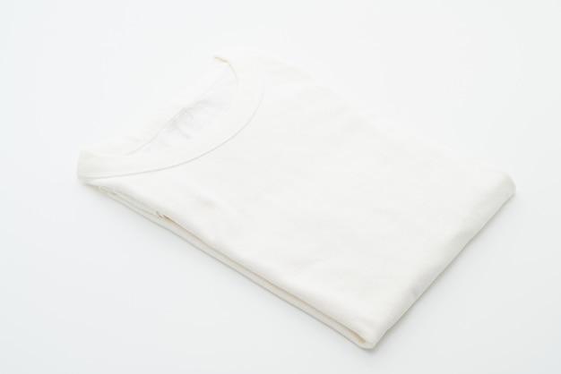 Camiseta blanca doblada