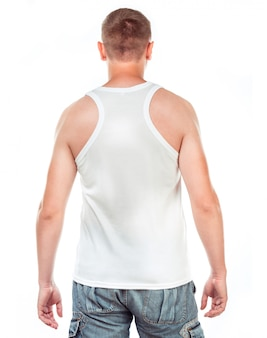 Camiseta blanca en un hombre joven