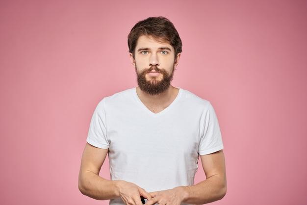 Camiseta blanca lindo hombre barbudo aislado