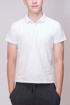 Camiseta blanca sobre un hombre joven aislado, por delante y por detrás.