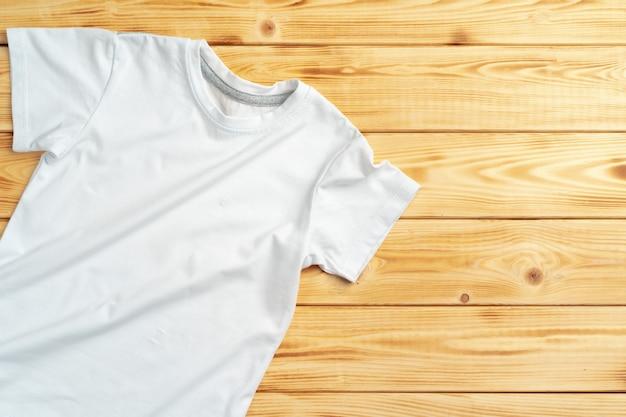 Camiseta de color blanco con espacio de copia para su diseño.