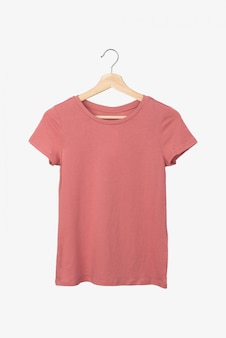 Camiseta color salmón sobre una percha.