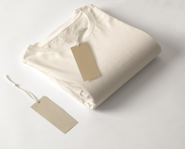 Camiseta con etiqueta aislada sobre fondo blanco.