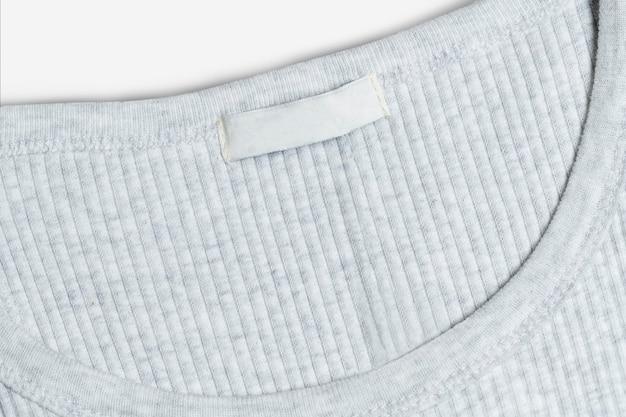 Camiseta gris con etiqueta de ropa en blanco moda casual