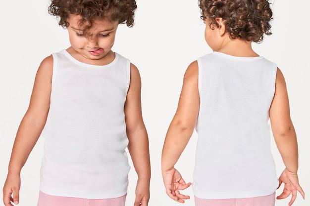 Camiseta sin mangas blanca para niña en estudio