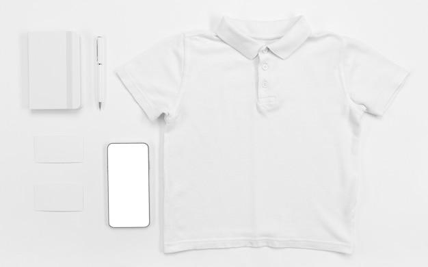 Camiseta plana y artículos escolares.