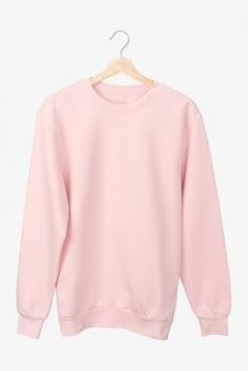 Camiseta rosa pastel manga larga en una percha.