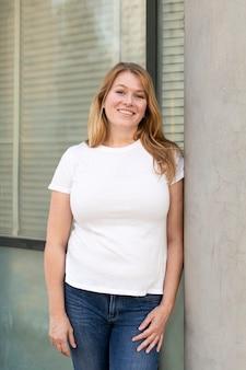 Camiseta de talla grande blanca, ropa informal básica para mujer, sesión al aire libre