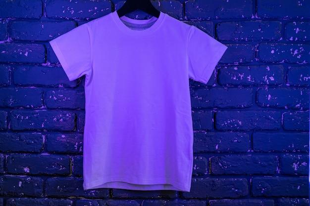 Camiseta unisex de color blanco con luz de neón, espacio de copia