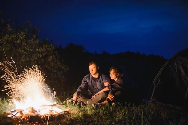 Campamento nocturno en la montaña