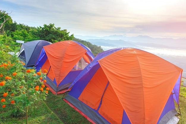 Campamento de tiendas de campaña