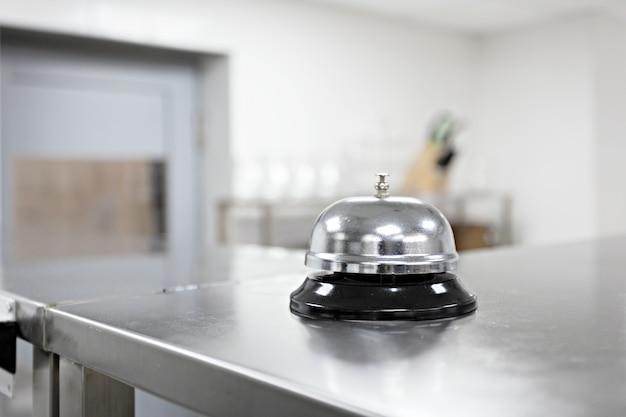 Campana de alerta en la mesa de la cocina en un restaurante