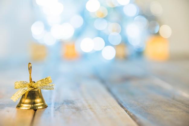 Campana decorativa de navidad en piso.