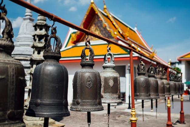 Campana en el templo tailandés en bangkok