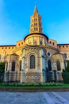 El campanario de la basílica de saint sernin, toulouse, francia