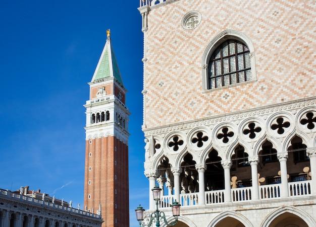 Campanario campanario y detalle de arquitectura del palacio ducal.