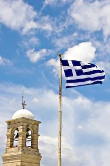 El campanario de la capilla de san jorge en el monte lycabettus en atenas, grecia