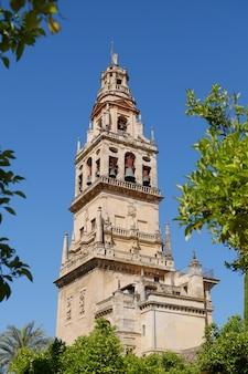Campanario de la mezquita, mezquita-catedral contra el cielo azul claro, córdoba. andalucía, españa.